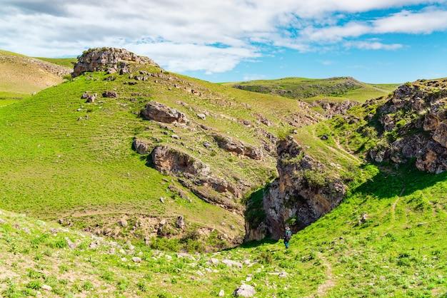 Fotografo viaggiatore al canyon di montagna