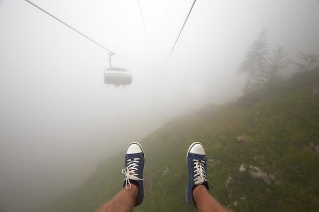 Funivia di montagna per viaggiatori che si estende su uno splendido paesaggio montano