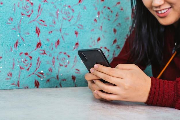 Viaggiatore seduto in un ristorante e usando uno smartphone