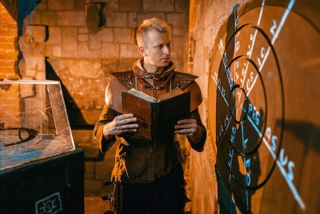 Traveler risolvendo antichi puzzle, proiezione cartografica