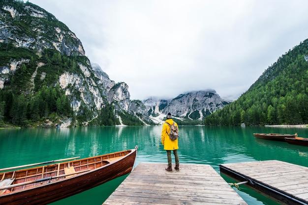 Viaggiatore che visita un lago alpino a braies, italia