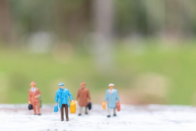 Viaggiatore che cammina sulla strada