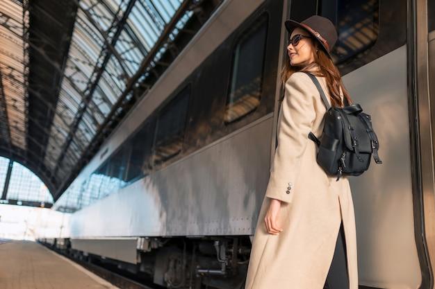 Viaggiatore con zaino sulla stazione ferroviaria.