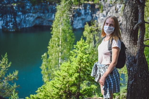 Donna del viaggiatore che cammina su una montagna