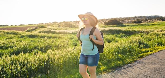 Donna viaggiatrice con mappa sulla natura