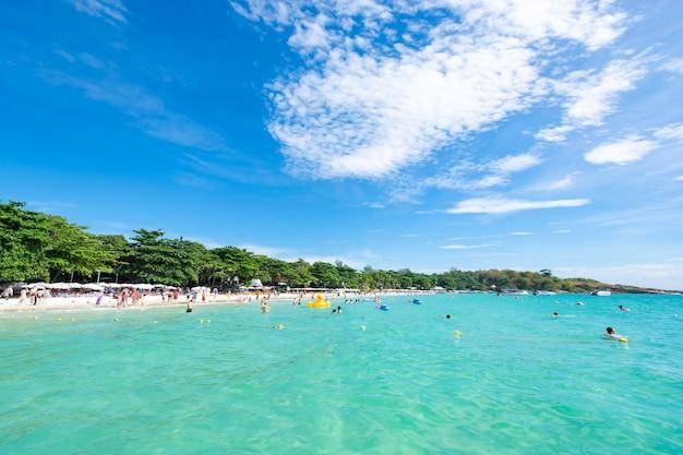 I viaggiatori stanno giocando nel mare e si rilassano felici sulla spiaggia a koh samet