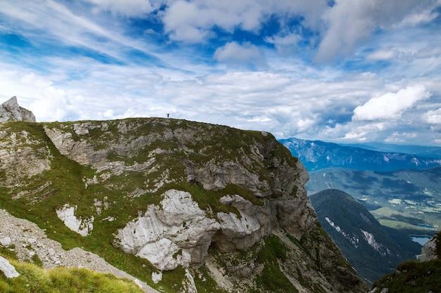 Viaggiatori o escursionisti in montagna nel parco nazionale del triglav paesaggio naturale