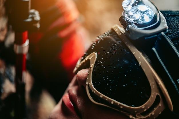 I viaggiatori che indossano occhiali con una torcia in testa illuminano il modo in cui stanno salendo