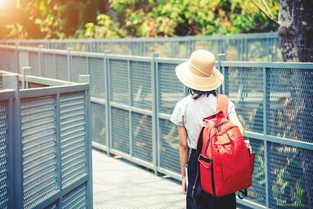 Viaggiando zaino in spalla camminando sulla passerella a baldacchino al queen sirikit botanic garden chiangmai, thailandia
