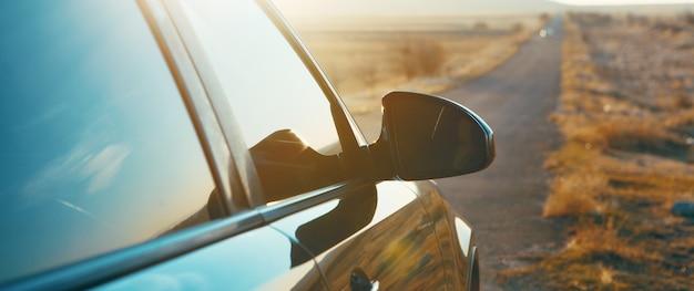 Viaggiare in macchina su una lunga strada