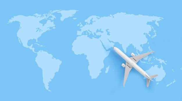 Concetto di viaggio, modello di aereo bianco sulla mappa del mondo