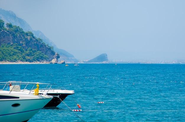 In viaggio vicino all'isola su uno yacht