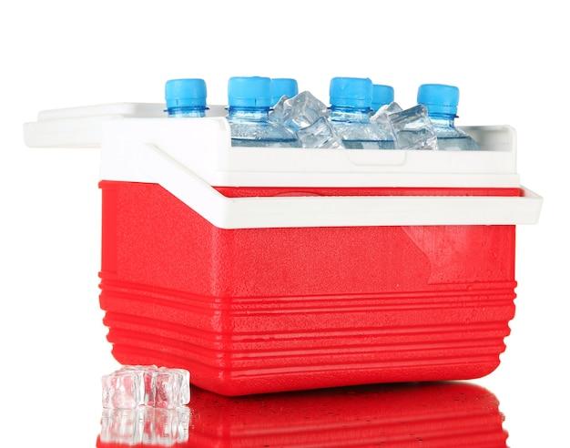 Frigorifero da viaggio con bottiglie d'acqua e cubetti di ghiaccio, su fondo bianco