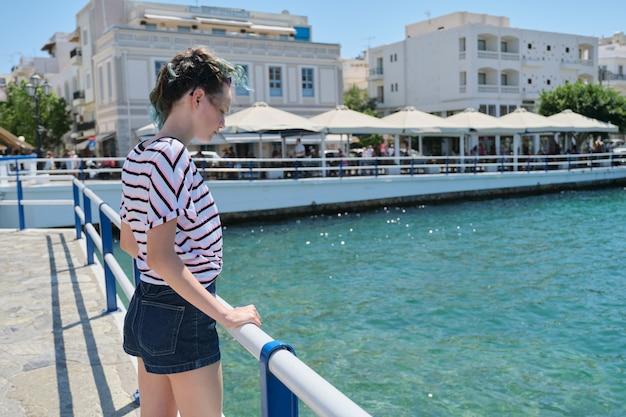 Ragazza adolescente in viaggio sulla baia del mare