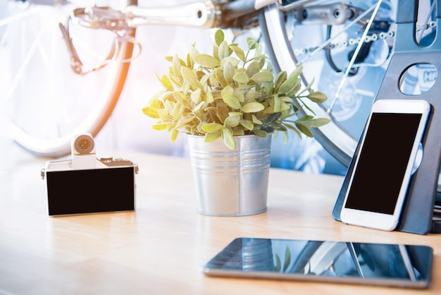 Fotocamera smartphone tablet gadget viaggiatore sul tavolo.