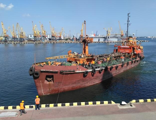 Trawler in arrivo in porto, arrivo di un peschereccio in porto