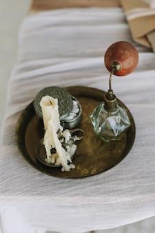Vassoio con portagioie con profumo di candela sul tavolo da toeletta
