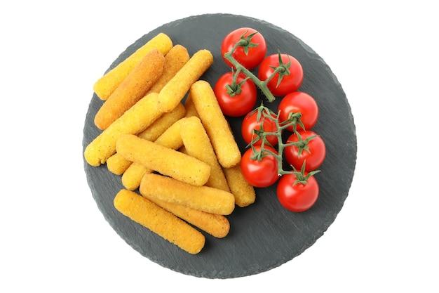 Vassoio con bastoncini di formaggio e pomodoro isolato su sfondo bianco