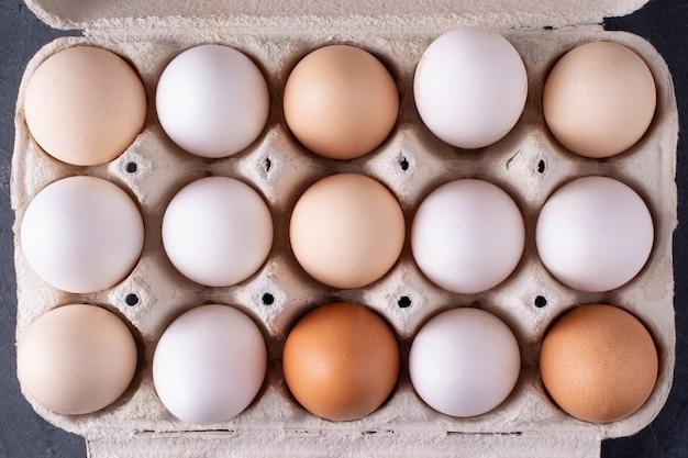 Vassoio con uova di gallina close-up. vista dall'alto.