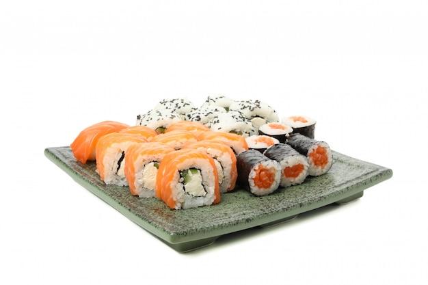 Vassoio con i rotoli di sushi deliziosi isolati su superficie bianca