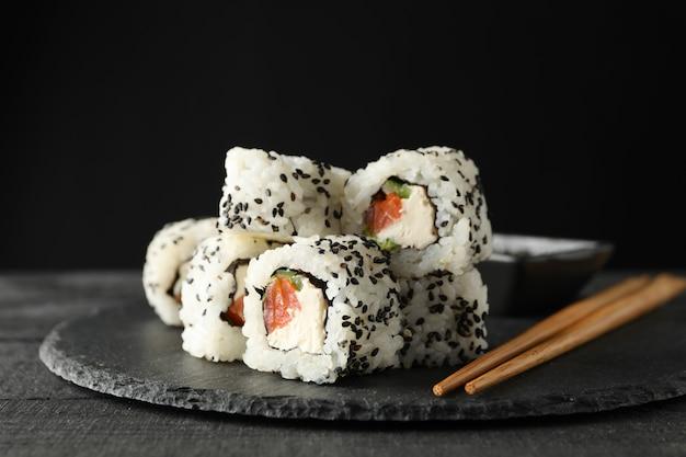 Vassoio con deliziosi involtini di sushi. cibo giapponese
