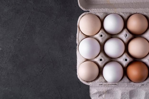 Vassoio con uova di close-up. vista dall'alto