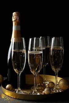 Vassoio con bicchieri e bottiglia di champagne