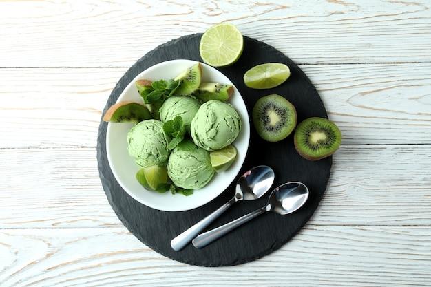 Vassoio con gelato alla menta su legno bianco