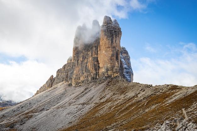 Tre cime di lavaredo - montagne rocciose nelle alpi della dolomia, italia