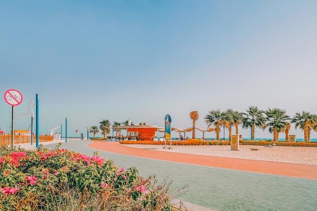 Tapis roulant sulla spiaggia di dubai. la strada per lo sport, il jogging,