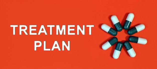 Piano di trattamento: testo bianco su sfondo rosso con capsule di pillola