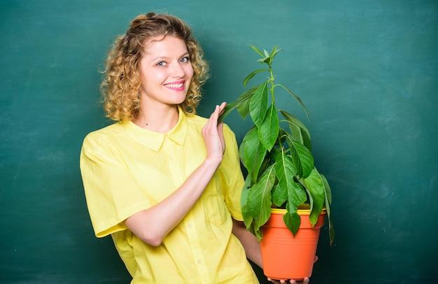 Albero della conoscenza scuola apprendimento ecologia educazione ambientale studentessa felice con pianta
