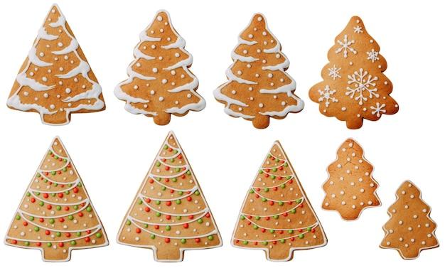 Biscotti a forma di albero con un motivo isolato set di fiocchi di neve di biscotti allo zenzero su uno sfondo bianco
