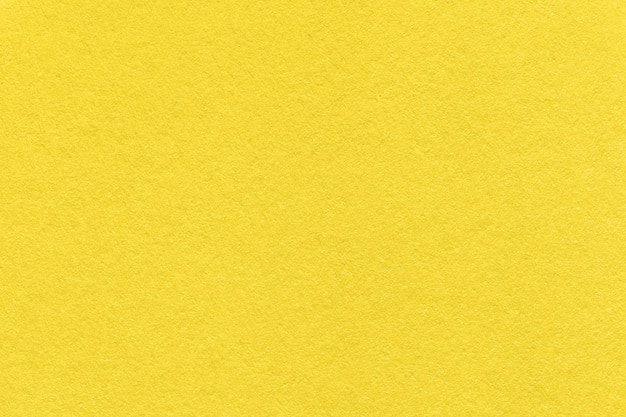 Colore di tendenza dell'anno 2021 giallo luminoso. texture di sfondo carta vecchia, macro.