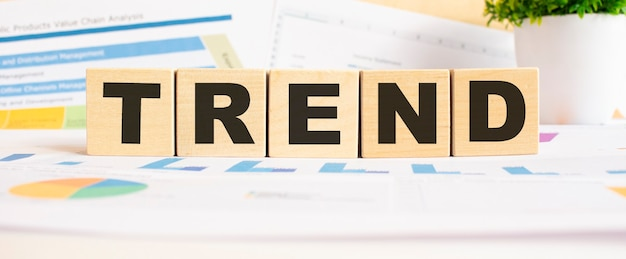 Parola di tendenza sui cubi di legno. lo sfondo è un grafico aziendale. concetto di affari e finanza