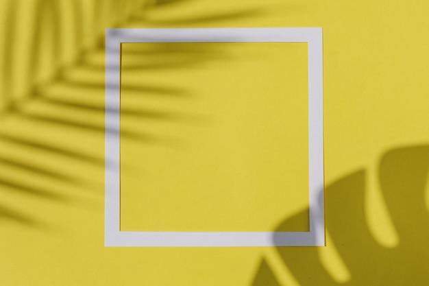 Invito di tendenza con l'ombra dei rami della giungla e il bordo della cornice. manifesto contemporaneo grafico minimale.
