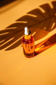 Concetto di bellezza alla moda di sieri per il viso olio essenziale naturale in flaconi per cosmetici con contagocce