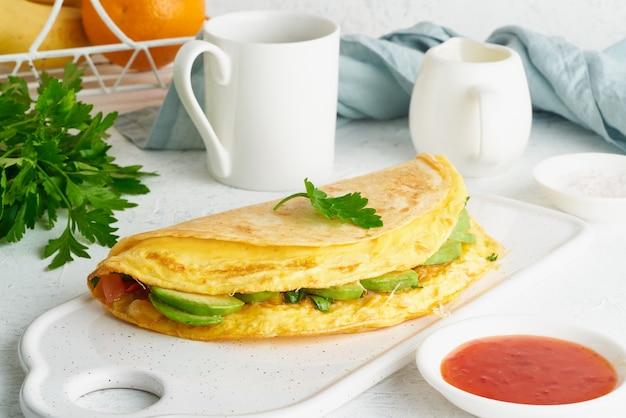 Colazione alla moda con quesadilla e uova, cibo di tendenza con frittata, formaggio