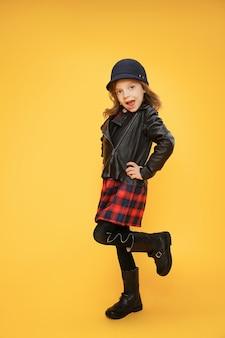 Ragazza alla moda cool su orange