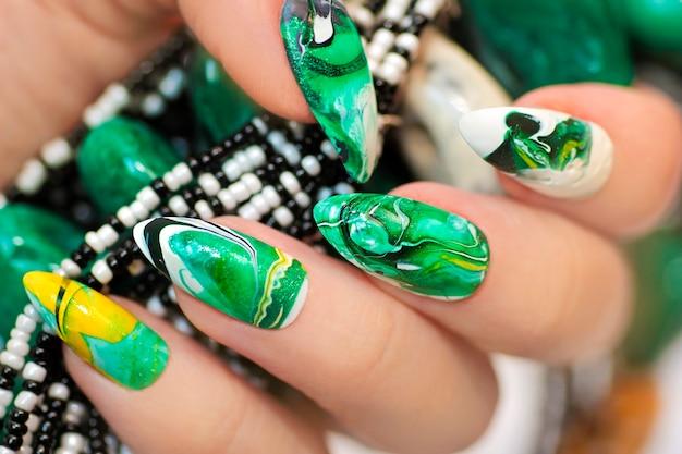 Design alla moda con una sfocatura nei toni del verde dello smalto