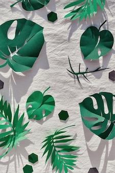 Piatto alla moda, vista dall'alto con elementi decorativi in carta.