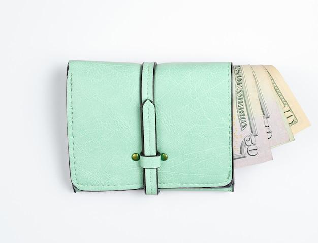 Portafoglio in pelle alla moda con banconote da un dollaro su bianco.