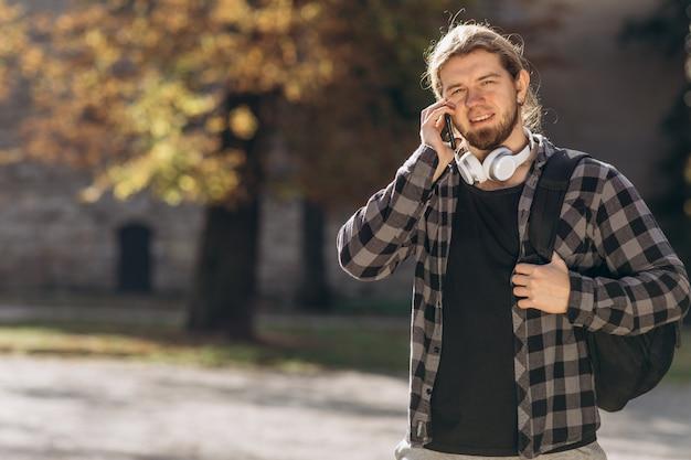 Uomo d'avanguardia in città tramite smartphone