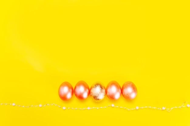 Concetto minimalista alla moda delle vacanze di pasqua con uova color perla