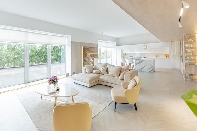 Interior design moderno e alla moda di un grande studio