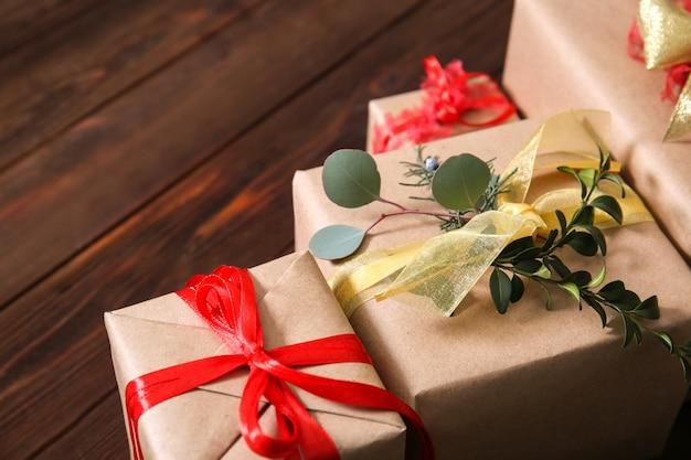Contenitori di regalo imballati alla moda sulla tavola di legno