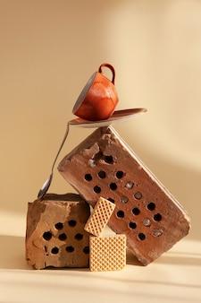 Natura morta alla moda con vecchi mattoni, piante essiccate, tazza di caffè e biscotti in equilibrio. oggetti utilizzati in precedenza nello spazio abitativo moderno. principio zero rifiuti