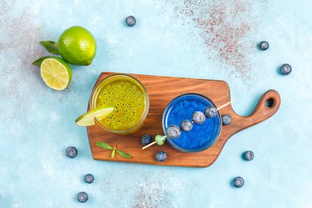 Bevande di semi di basilico tropicale alla moda.