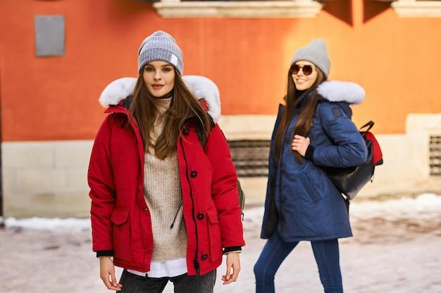 Una giovane ragazza alla moda si divincola e si diverte in città a natale