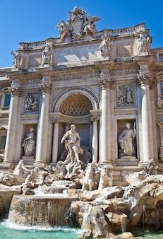 Fontana di trevi durante una giornata di sole, roma, italy